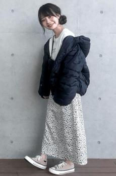 黒のビッグシルエットのダウンジャケット×花柄タイトスカート