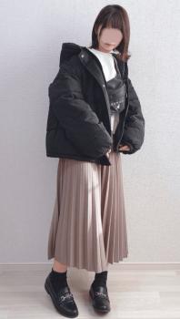 白のインナー×黒のビッグシルエットのダウンジャケット×プリーツスカート