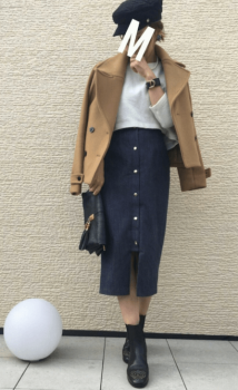 キャメルのPコート×デニムタイトスカート