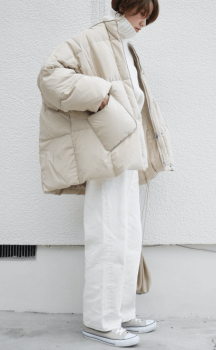 白のビッグシルエットのダウンジャケット×ボリュームタートネックニット×白のワイドパンツ