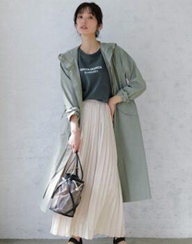 ロゴ入りTシャツ×ピンクベージュのプリーツスカート