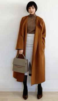 ブラウンガウンコート×ブラウンのニット×白のタイトスカート