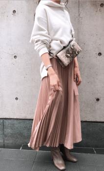 柄物ウォレットバッグ白のタートルネック×プリーツスカート