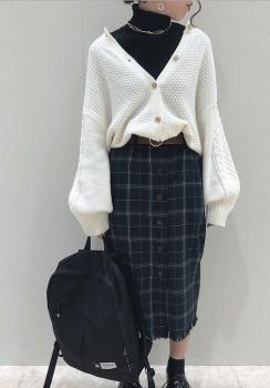 黒のタートルネック×白のボリューム袖カーディガン×チェックタイトスカート