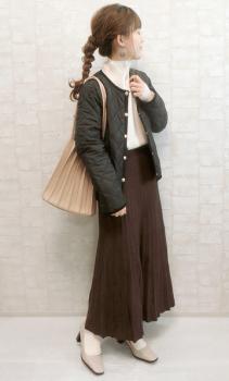 白のタートルネック×キルティングジャケット×プリーツスカート