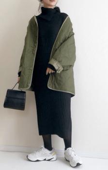 黒のタートルネック×オーバーサイズのキルティングジャケット×タイトスカート