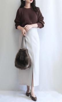 ブラウンのニット×白のタイトスカート