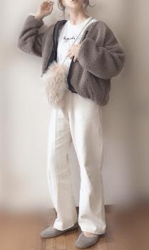 ボアジャケット×白のロゴTシャツ×白パンツ