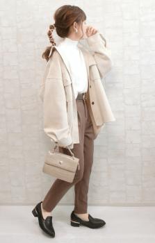 白のタートルネック×オーバーサイズジャケット×テーパードパンツ