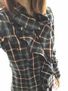 オフィスコーデで使えるレディースに人気なVネックフリルシャツ