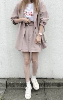 ピンクのテーラードジャケット×白のTシャツ×キュロットパンツ×スニーカー