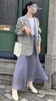 グレーのテーラードジャケット×白のカットソー×パープルのプリーツスカート