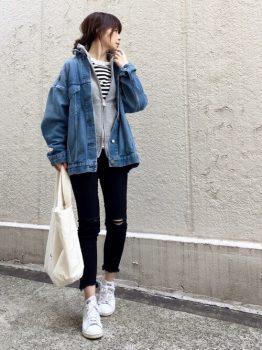 ボーダーTシャツ×黒のスキニーパンツ