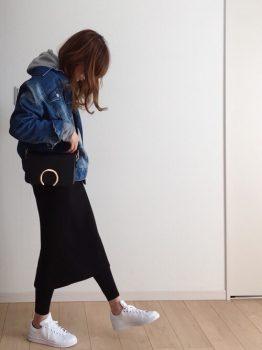 黒のタイトスカート×レギンス×スニーカー