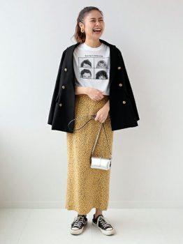 ネイビーのテーラードジャケット×ロゴTシャツ×総柄タイトスカート×スニーカー