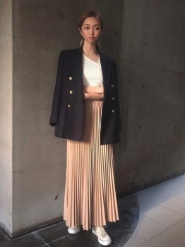 ネイビーのテーラードジャケット×タンクトップ×ピンクベージュのプリーツスカート