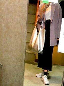 ピンクのテーラードジャケット×白のカットソー×黒のタイトスカート×スニーカー