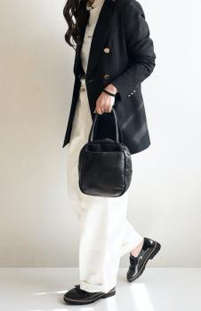 黒のテーラードジャケット×白のワイドパンツ×黒の革靴