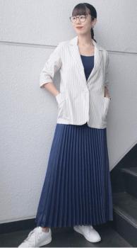 白のテーラードジャケット×ネイビーのキャミソール×プリーツスカート×スニーカー