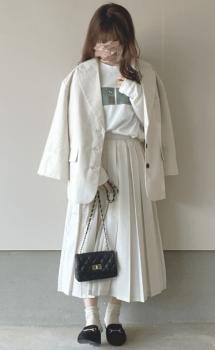 白のテーラードジャケット×白のロンT×プリーツスカート×ローファー