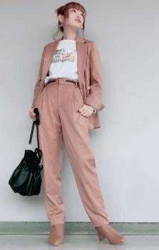 ピンクのテーラードジャケット×白のTシャツ×スラックスパンツ×ブーツ