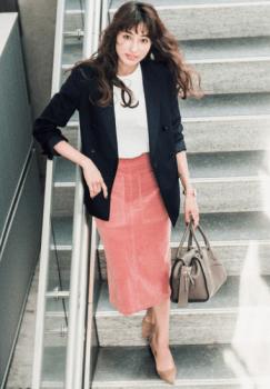 黒のテーラードジャケット×白のカットソー×ピンクのタイトスカート