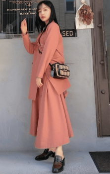 ピンクのテーラードジャケット×ピンクのフレアスカート×ローファー