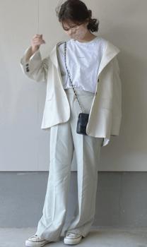 白のテーラードジャケット×白のTシャツ×スラックスパンツ×スニーカー