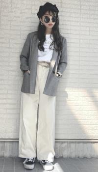 グレーのテーラードジャケット×ロゴTシャツ×白のワイドパンツ