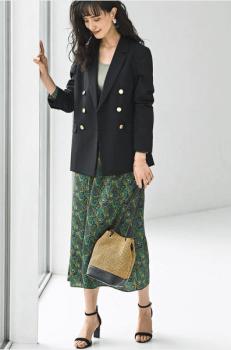 黒のテーラードジャケット×グリーンの総柄スカート×ヒール