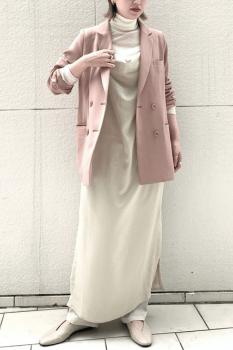 ピンクのテーラードジャケット×白のタートルネック×白のキャミワンピ×ワイドパンツ