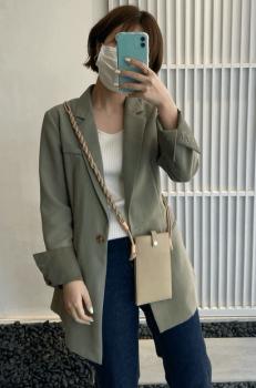 緑のテーラードジャケット×リブニット×デニムパンツ