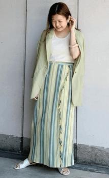 緑のテーラードジャケット×白のTシャツ×ストライプ柄のロングスカート×サンダル