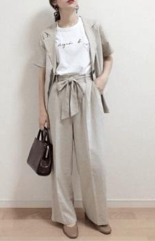 ベージュのテーラードジャケット×白のTシャツ×ベージュのワイドパンツ