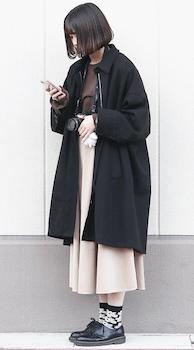 黒のステンカラーコート×ニット×スカート×ブーツのコーデ