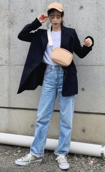 黒のテーラードジャケット×ロゴTシャツ×デニムパンツ×スニーカー
