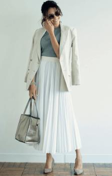 白のテーラードジャケット×リブカットソー×プリーツスカート×パンプス