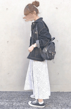 Gジャン・デニムジャケット×白色の総柄スカート
