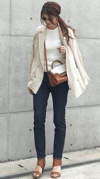 白のテーラードジャケット×白のカットソー×スキニーデニム×サンダル