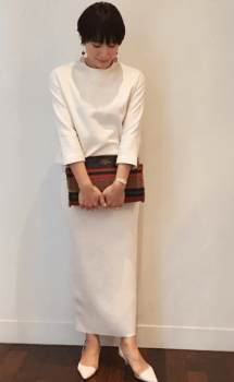 白系ブラウス×白系タイトスカート×白のパンプス