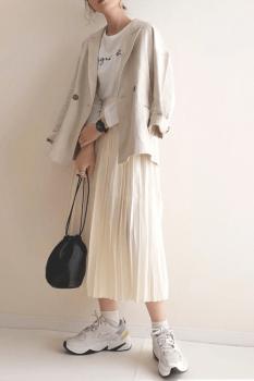 白スニーカー×テーラードジャケット×ロゴTシャツ×プリーツスカート