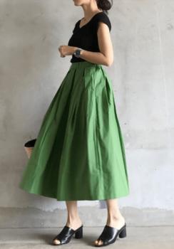 緑のフレアスカート×黒のVネックカットソー×黒のサンダル