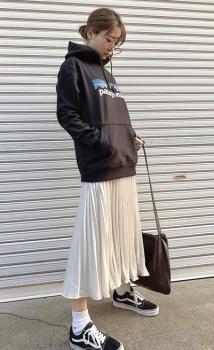 黒のパーカー×白のスカート×白ソックス×スニーカー