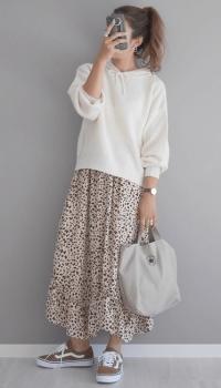 ショート丈の白のパーカー×総柄のロングスカート×スニーカー
