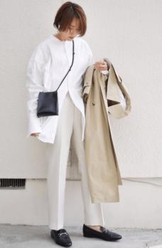 白シャツ×ベージュのトレンチコート×白パンツ×黒のローファー