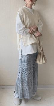 ベージュのVネックニットベスト×ロンT×ロング透かし編みスカート