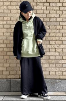 黒のカーディガン×グリーンのパーカー×タイトスカート