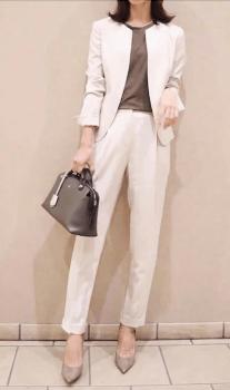 白のノーカラージャケット×ブラウンのインナー×ベージュのパンプス×黒バッグ