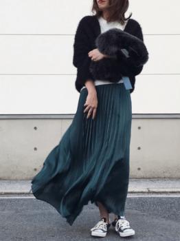 緑のフレアスカート×ボアブルゾン×白のTシャツ×黒のスニーカー