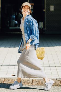 白スニーカー×デニムジャケット×マキシ丈ワンピース